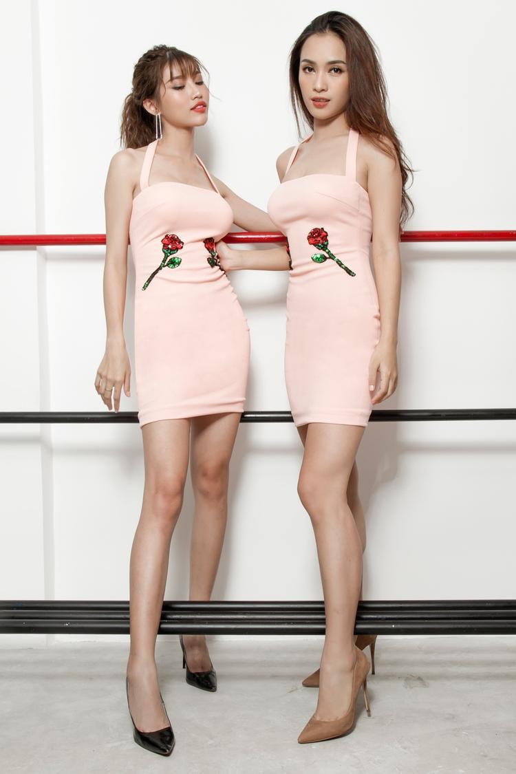 """Đều sở hữu vóc người thanh thoát nhưng không kém phần gợi cảm, cả hai mỹ nhân bất ngờ diện đồ đôi tone hồng ngọt ngào để """"đọ dáng""""."""