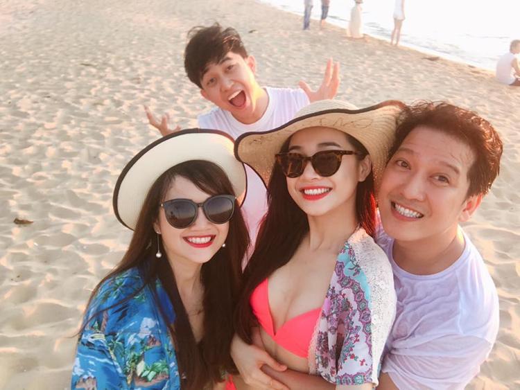 Trước đó, cả hai đã đi bơi cùng với chị gái Nhã Phương và một số bạn bè.