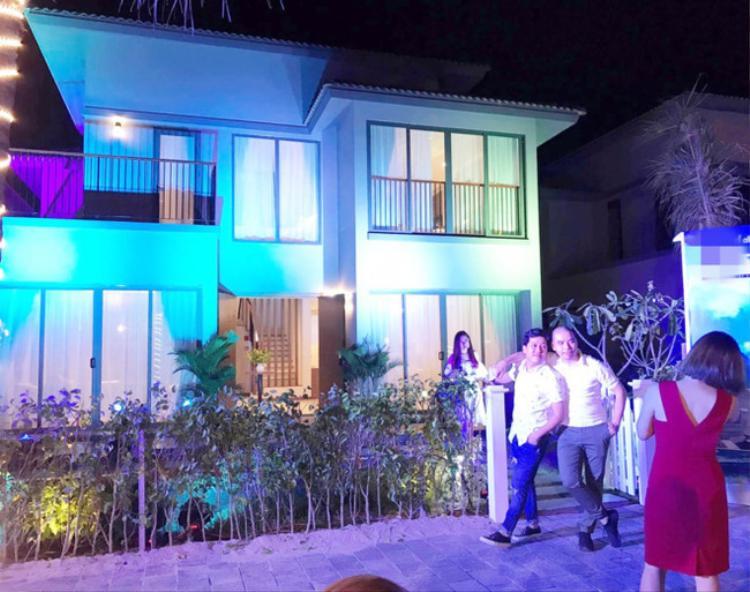 Sau nhiều năm tiết kiệm, cuối cùng Trường Giang cũng sở hữu khối bất động sản đầu tiên. Nam danh hài mua căn biệt thự có giá 15 tỷ đồng.