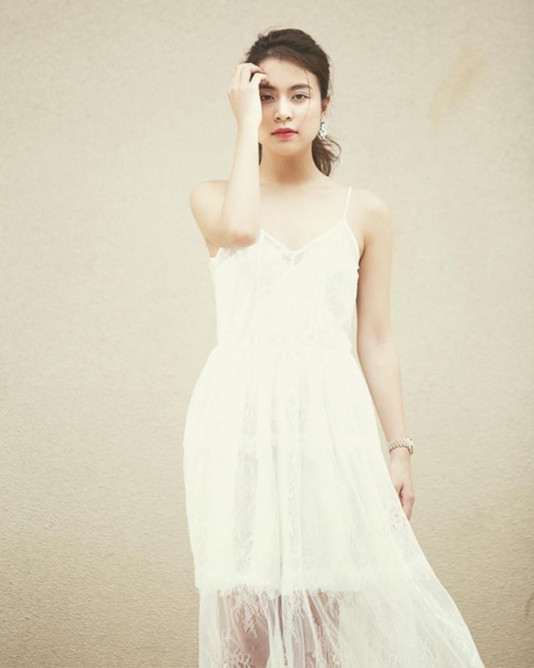 Dù nhẹ nhàng, mỏng manh với những mẫu váy ren thì Hoàng Thùy Linh vẫn thể hiện một hình ảnh quyến rũ của chính mình.