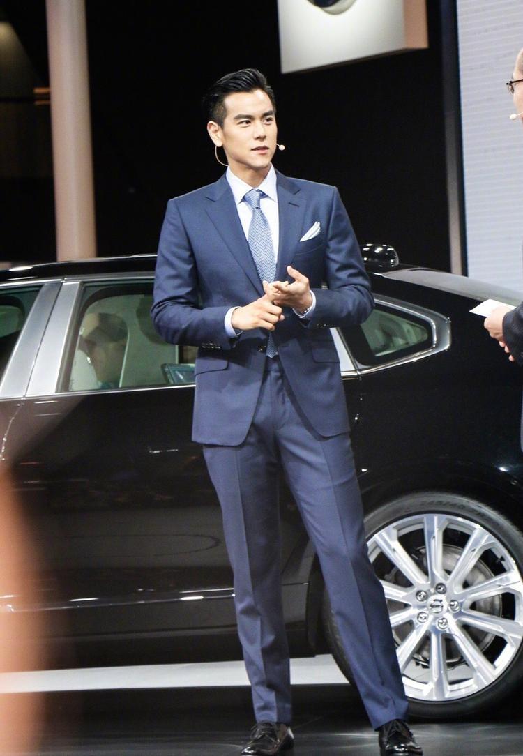 Bành Vu Yến với vóc dáng hoàn mỹ cùng bộ vest xanh nam tính.