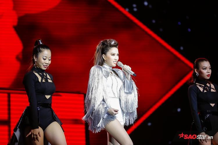 Bảo Thy trên sân khấu đêm Chung kết Hòa âm ánh sáng mùa thứ 3.