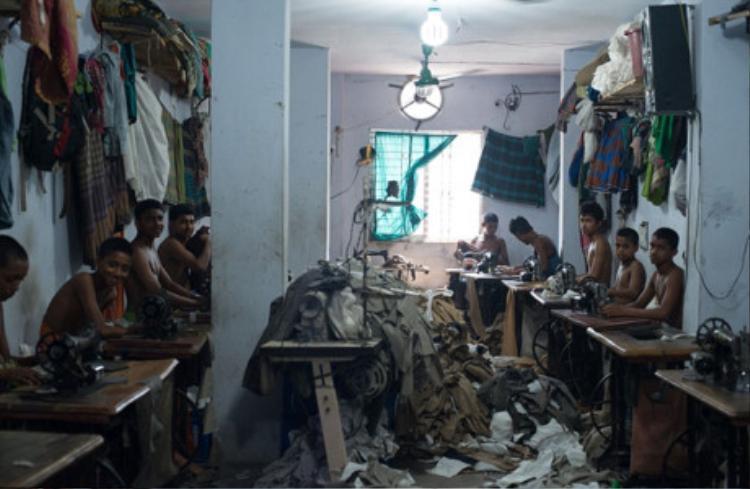 Đây chính là nơi sản xuất ra các mặt hàng may mặc tại Bangladesh. Không phải một nhà xưởng rộng lớn, giàu có trong mơ mà là một ngôi nhà tồi tàn, thiếu thốn vật chất bởi đây là xưởng may chui, hoạt động trái phép.