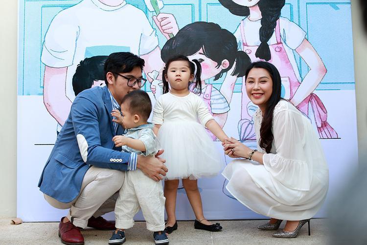 Gào đang rất hạnh phúc bên gia đình nhỏ cùng chồng và hai em bé xinh xắn.