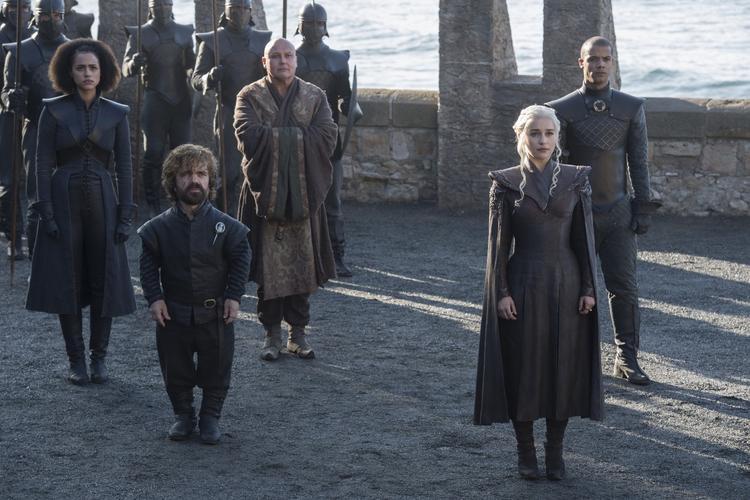 Toàn bộ tùy tòng nòng cốt của phe Daenerys đang có mặt, giống như đàm phán với một nhân vật quan trọng nào đó. Cảnh tượng sau lưng họ rất giống bờ biển của Westeros.