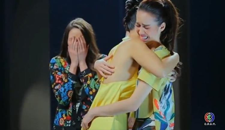 Giây phút Bee ôm chầm Sky, Tia cũng cúi mặt khóc vì tiếc nuối
