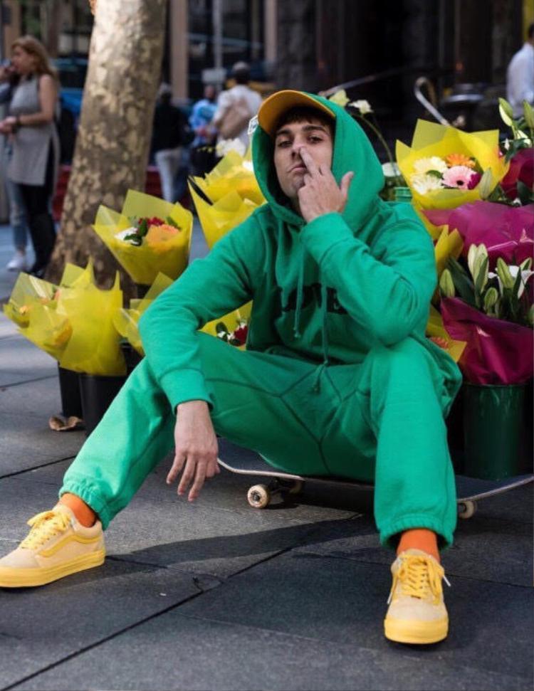 Một đôi giày như Vans Old Skool không khó thấy trong các tấm hình streetwear của các bạn trẻ, chọn all yellow như anh bạn này hay…