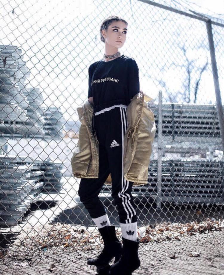 Nếu tổng thể trang phục của cô gái này được kết thúc bằng một đôi sneaker thì chẳng có gì để nói, thay vào đó đôi boot đã khẳng định khả năng mix&match sáng tạo và cũng là minh chứng điển hình cho việc không gì là không thể trong thế giới streetwear.
