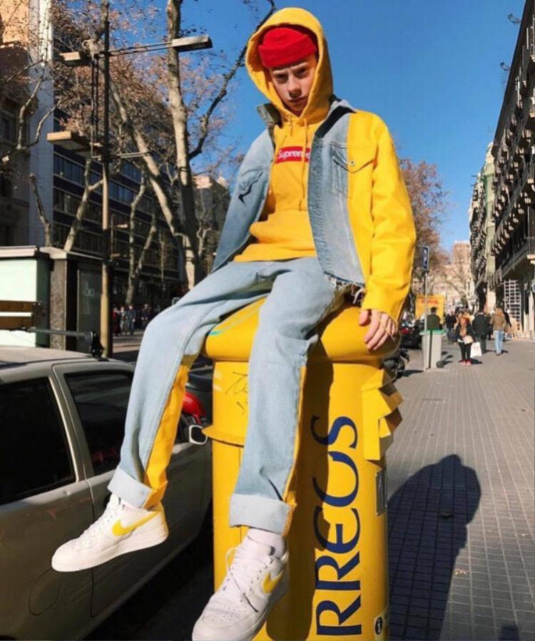 Diện nguyên set đồ gam màu chủ đạo là vàng thế nên không phải tự nhiên mà anh bạn này lại leo lên thùng thư cùng màu mà ngồi đâu.