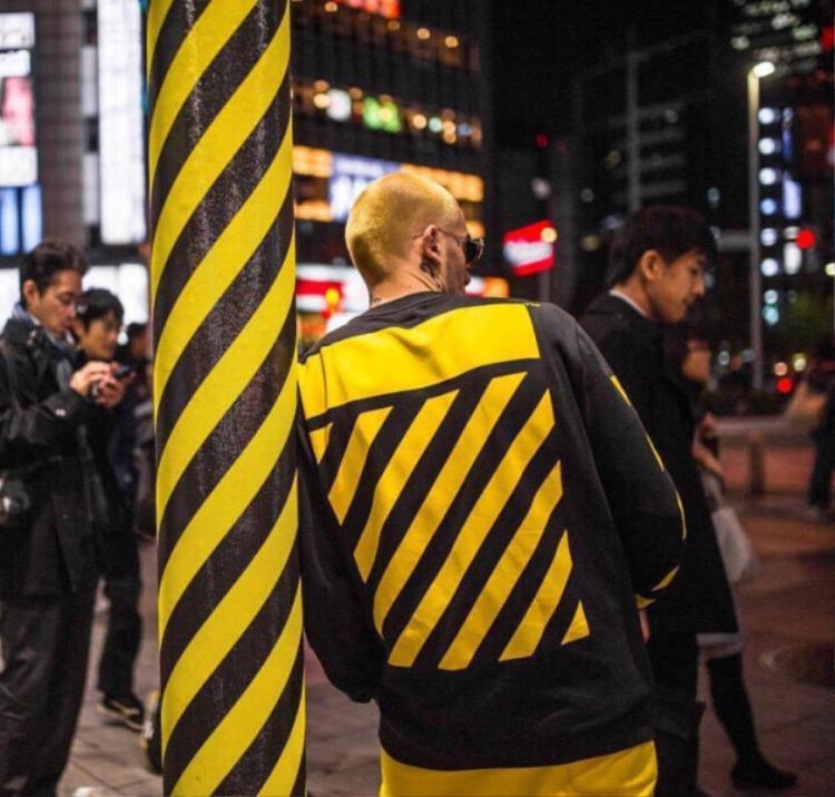 Liệu là một sự trùng hợp hay ngẫu nhiên, có điều chỉ vậy thôi cũng đủ làm nên sức hút cho tấm hình streetwear của anh bạn này rồi!