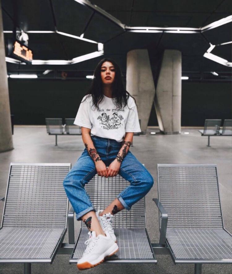 Chỉ là bộ đôi công thức hết sức đơn giản baggy jeans, áo thun và sneaker nhưng chính không gian của ga tàu điện ngầmvà thần tháicủa cô nàng này đã làm nên một tấm hình streetwear chất miễn bàn.