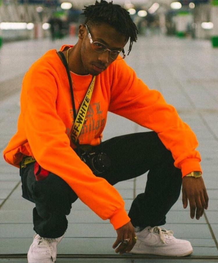Streetwear nổi lên với phong cách đặc trưng là hip hop, theo thời gian dù đã có nhiều biến tấu cùng sự phát triển mạnh mẽ thế nào, thì những trang phục như áo phông quần thụng vẫn luôn là bộ đôi ăn ý nhất mọi thời đại.