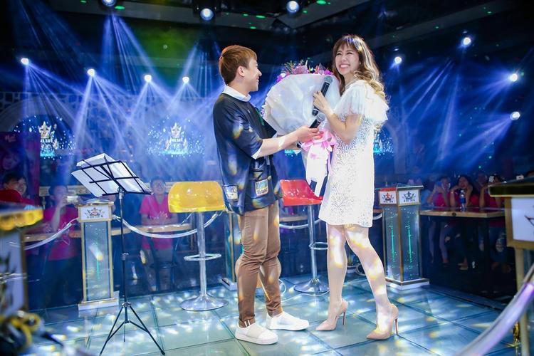 Trấn Thành song ca cực ngọt với Hari Won trong buổi fan meeting của bà xã
