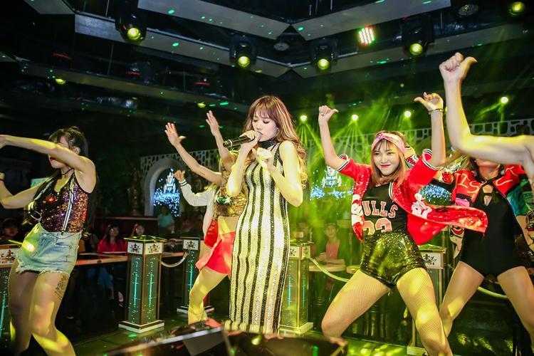 Nữ ca sĩ thể hiện vũ đạo sôi động, quyến rũ.