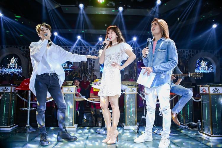 Châu Đăng Khoa trong vai trò khách mời, giao lưu và song ca cùng Hari. Còn BB Trần đảm nhiệm phần MC cho chương trình.