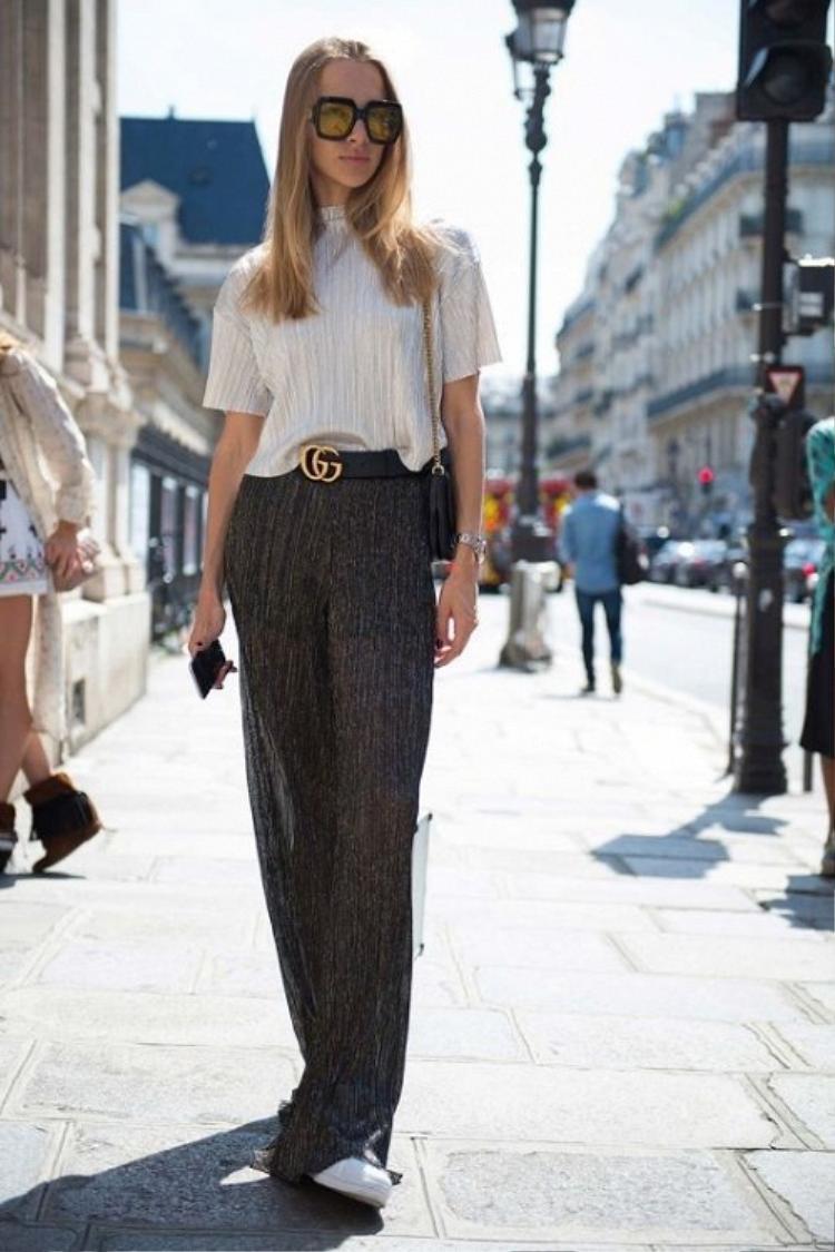Logo belt có thể kết hợp với rất nhiều loại trang phục từ chân váy, quần jeans cho đến những mẫu quần vải lụa hay sheer thời thượng.