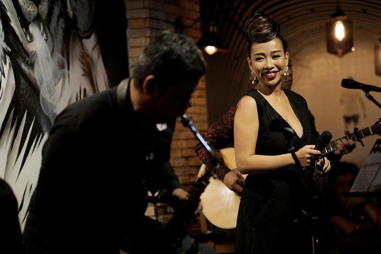 Nữ ca sĩ cho thấy bản lĩnh, độ chín muồi trong giọng hát vừa là để khán giả nhìn nhận: Đây là một người mẹ Thảo Trang, nồng nàn, da diết, giàu tình cảm.