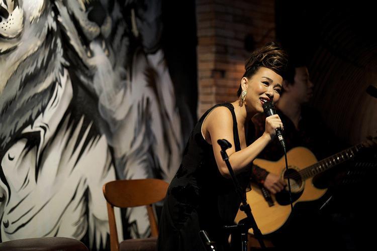 Mở đầu cho đêm nhạc, nữ ca sĩ chọn thể hiện Đại lộ đón gió,ca khúc chủ đề choalbum cùng tên hồi 2014.