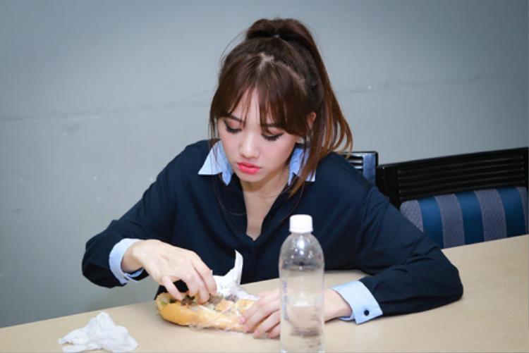 Với lịch trình cá nhân bận rộn, Hari Won phải tranh thủ ăn vội bánh mì trong hậu trường trước khi lên sân khấu biểu diễn.