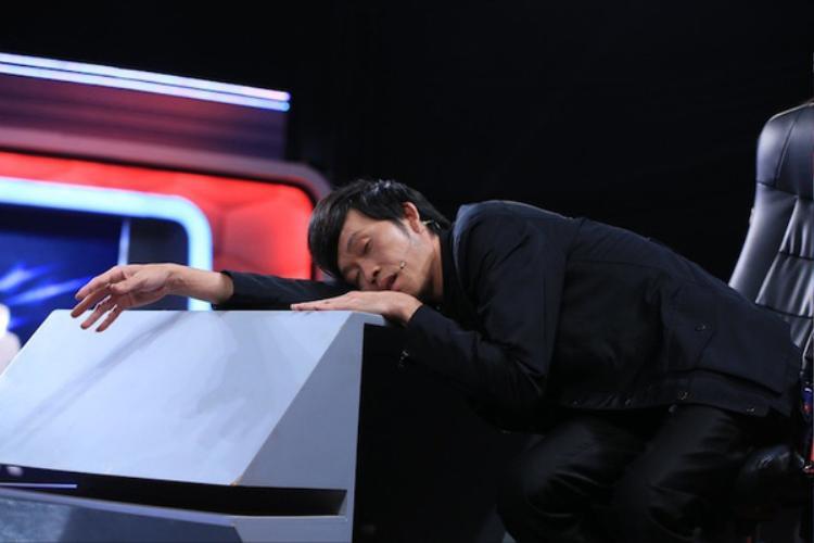 Fan xót xa khi chứng kiến thần tượng 'ăn vội, ngủ gật' vì kiệt sức trong hậu trường