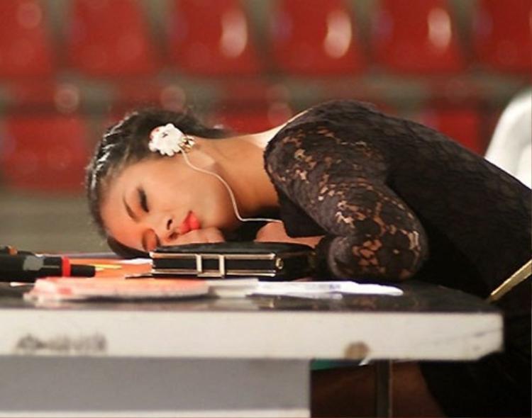 Hoa hậu Ngọc Hân ngủ gục trên bàn ban giám khảo trong lúc giải lao.