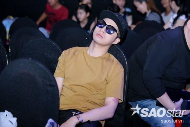 Do thức đêm chuẩn bị cho tiết mục trong chương trình The Remix 2016, Noo Phước Thịnh ngủ gục trong lúc chờ tổng duyệt.