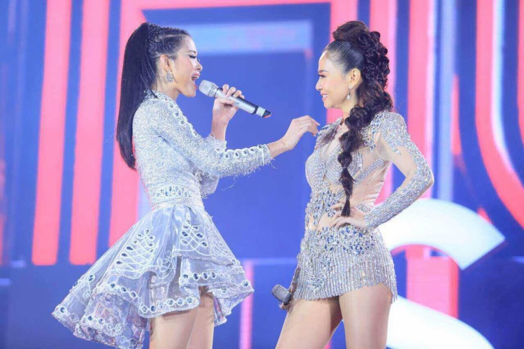 """Hai nữ HLV Giọng hát Việt 2017 đã khiến cho hàng chục ngàn khán giả thủ đô bấn loạn bởi một tiết mục quá tuyệt vời. """"Nữ hoàng"""" và """"công chúa dance Việt"""" một khi đứng trên cùng sân khấu thì sự bùng nổ là không tưởng."""