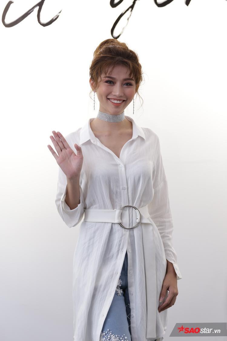 Người mẫu Quỳnh Châu diện thiết kế mới nhất trong BST It Girl với diện mạo tươi tắn.