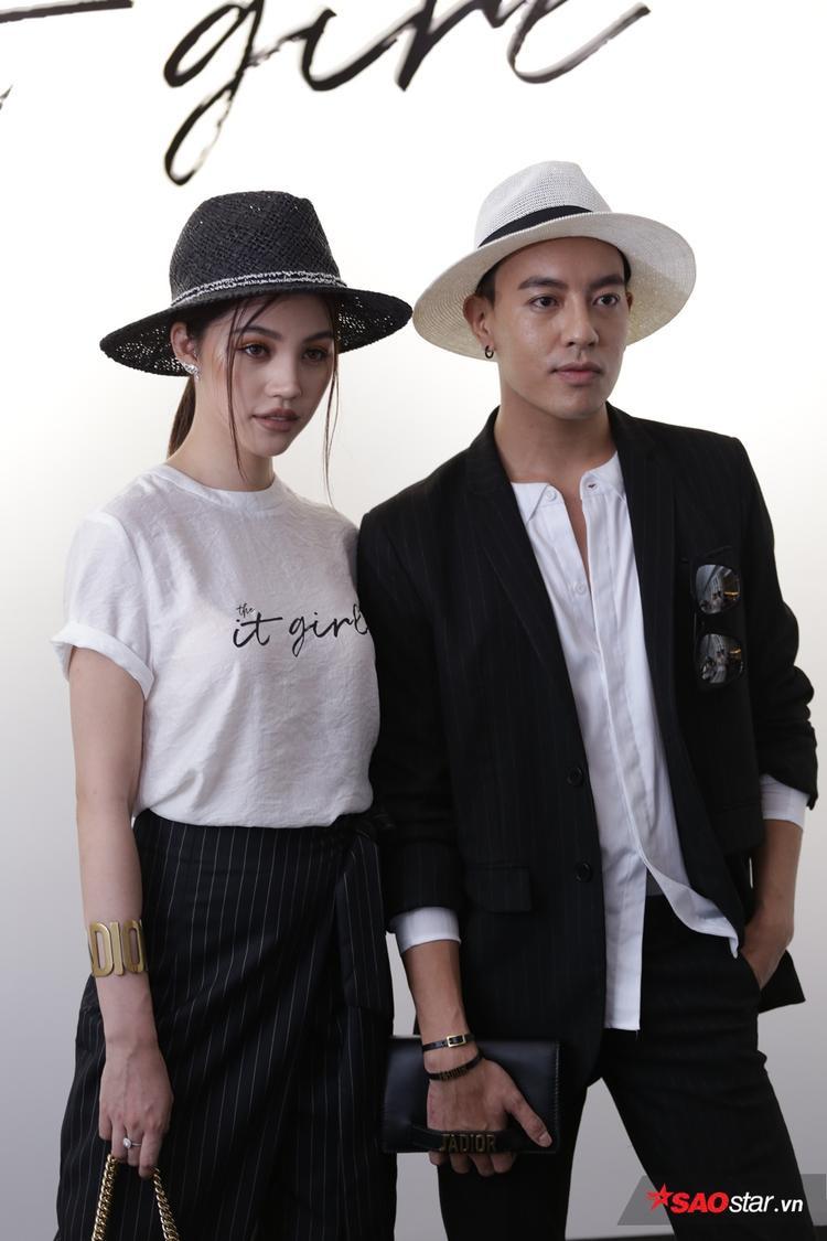 Người đẹp Jolie Nguyễn cùng stylist Mạch Huy sánh đôi bên nhau với trang phục tông xuyệt tông trắng đen cực thời thượng.