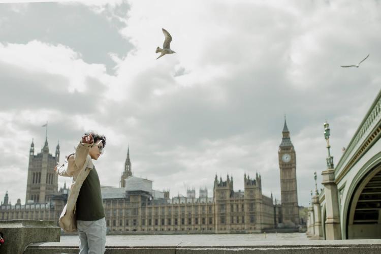 Vũ Cát Tường đốn tim fan với bộ hình đa phong cách tại trời Âu