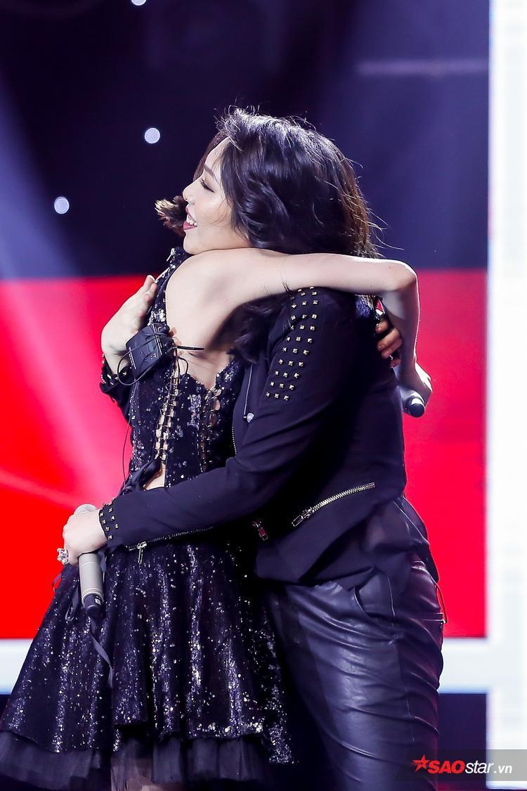 Cái ôm đầy tình cảm của 2 cô nàng.
