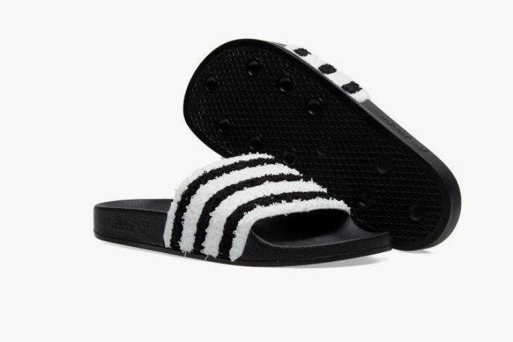 """Theo adidas, đôiAdilette này """"lợi cả đôi đường"""" vì sở hữu đế cao su chắc chắn, thêm vào đó miếng vải hút sẽ tạo cảm giác thông thoáng, không ứ đọng mồ hôi."""