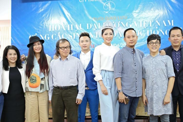 Việt Quang chụp ảnh lưu niệm cùng NSƯT Thành Lộc, NTK Võ Việt Chung, diễn viên Kim Khánh và Hoa hậu Đại dương Đặng Thu Thảo.