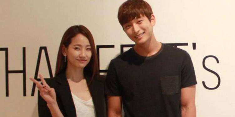 Jinwoon - Yenny là một trong số ít cặp đôi chị em hẹn hò lâu dài và êm ấm nhất của showbiz Hàn.