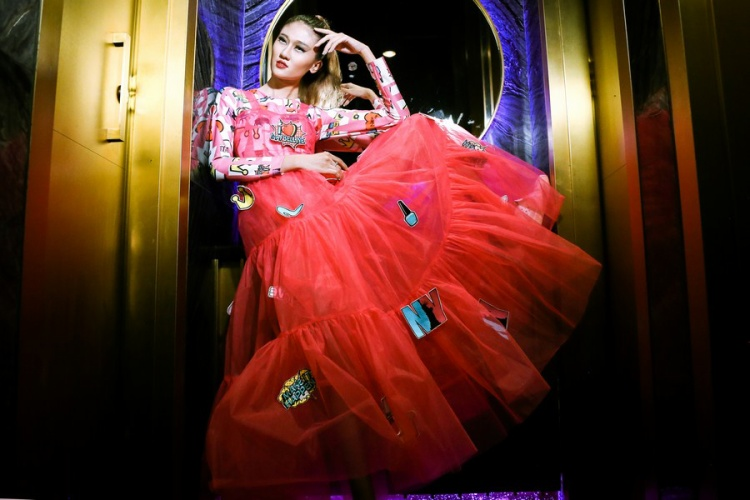 Màu hồng vốn là màu tượng trưng cho sự nữ tính, những mảnh đính dán patch work khiến màu hồng trở nên mạnh mẽ, cá tính hơn.