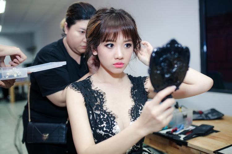 Hari Won xuất hiện trong hậu trường của một gameshow mà cô được mời làm giám khảo.