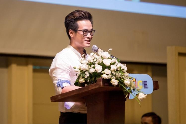 Trong phần diễn thuyết của mình, Hà Anh Tuấn có những chia sẻ thực tế với những vốn sống của mình để giúp các sinh viên.
