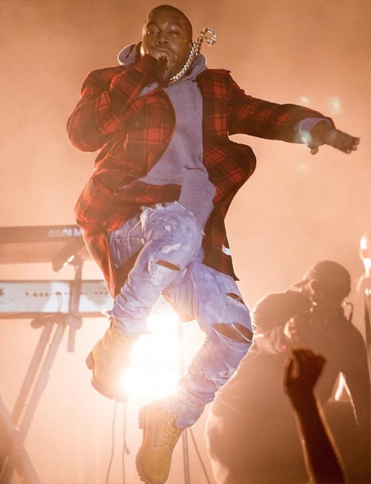 Kanye West luôn ngầm ủng hộ đồng độiVirgil Abloh bằng cách diện Off-White nhảy luôn lên sân khấu…