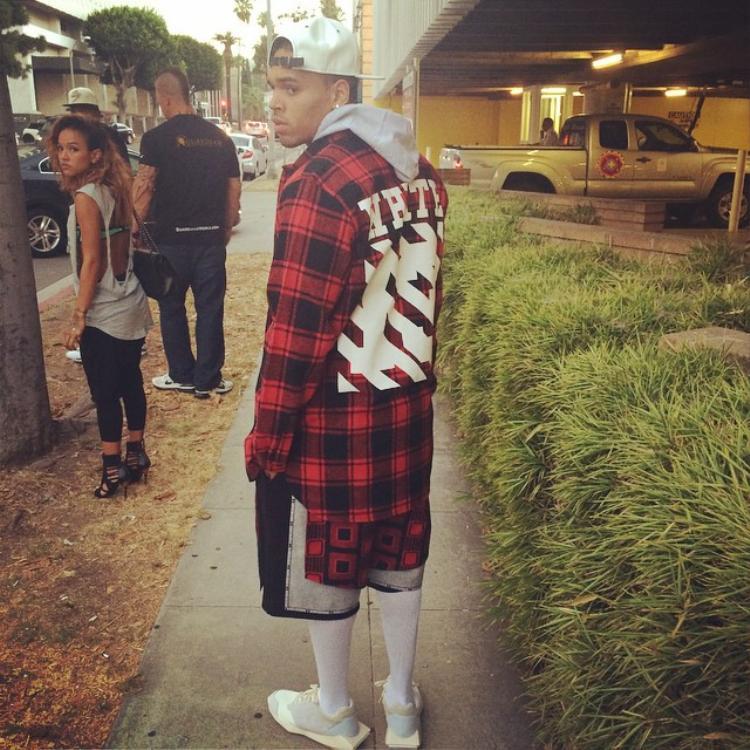 Chris Brown cũng mua màu đỏ…