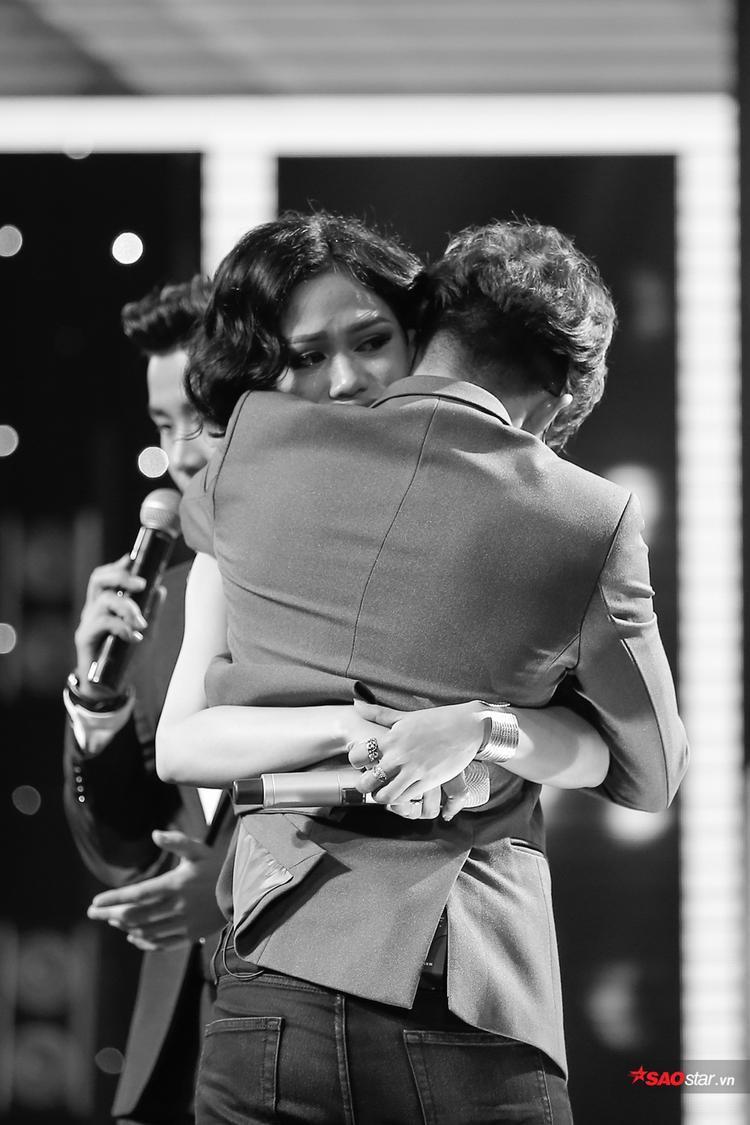 Tùng Anh và Mỹ Linh ôm nhau bật khóc chia tay ngay trên sân khấu Đo ván.