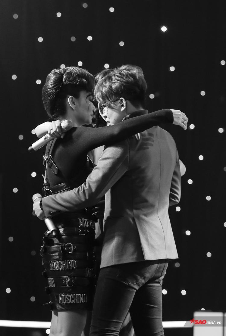 3 thầy trò Thu Minh, Mỹ Linh, Tùng Anh nghẹn ngào ôm nhau kết thúc vòng Đo ván với nhiều cảm xúc cho người xem.