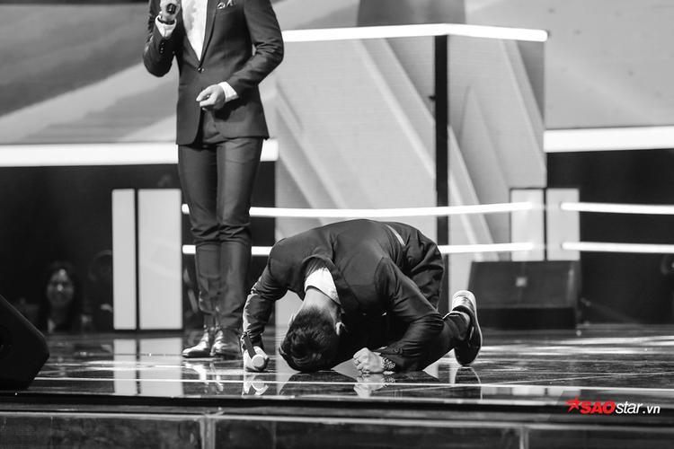 Dương Thuận xúc động bật khóc nức nở trên sân khấu vì không tin Tóc Tiên đã chọn mình đi tiếp.