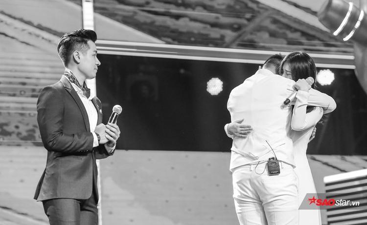 Han Sara và Anh Đạt ôm chặt nhau ngay trên sân khấu.