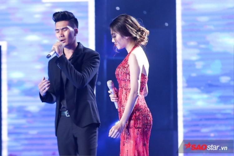 Nguyễn Ngọc Sơn hỗ trợ thí sinh Hồng Nhung trong ca khúc Nếu chúng mình cách trở