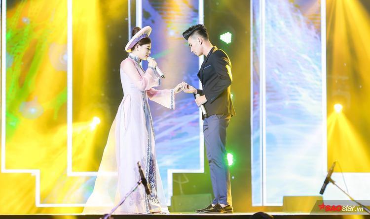Trong phần thi liên khúc Vòng nhẫn cưới, Nguyễn Ngọc Sơn và Phương Thảo có phần thể hiện vô cùng ngọt ngào và tình cảm
