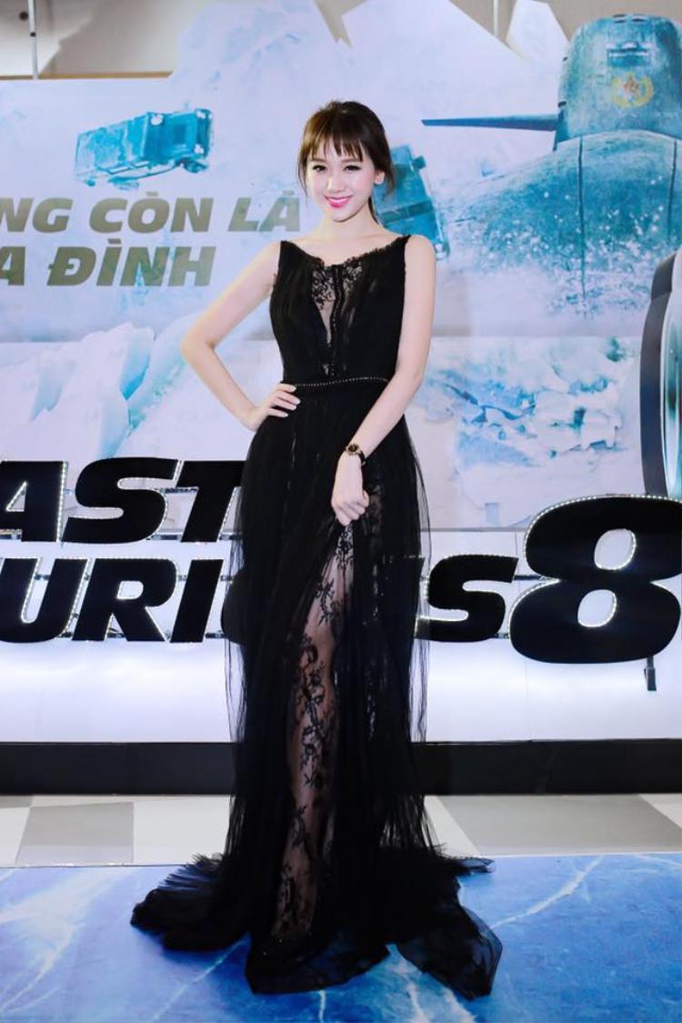 Tóc mái ngố cũng là một trong những nét đặc trưng tạo nên thương hiệu cho nữ diễn viên, chỉ cần biến hóa với kiểu buộc đơn giản hay búi củ tỏi thôi cũng đủ khiến Hari Won nổi bật rồi.