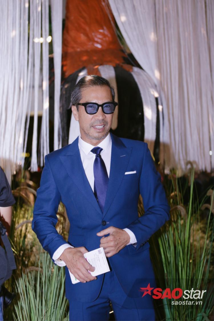 Fashionisto Thuận Nguyễn bảnh bao, lịch lãm như thường với suit xanh thẫm vừa vặn, tông xuyệt tông cùng kính mắt tôn lên nét thời thượng như một quý ông châu Âu.