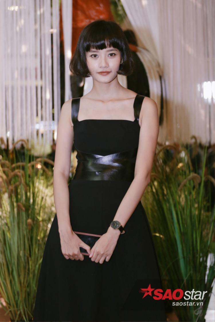 Kim Chi vẫn cá tính như thường với mái tóc uốn cụp mái bằng xinh xắn và một chiếc váy chít eo đơn giản giúp cô tự tin và không hề mờ nhạt trước dàn sao Việt hội ngộ trong cùng sự kiện.
