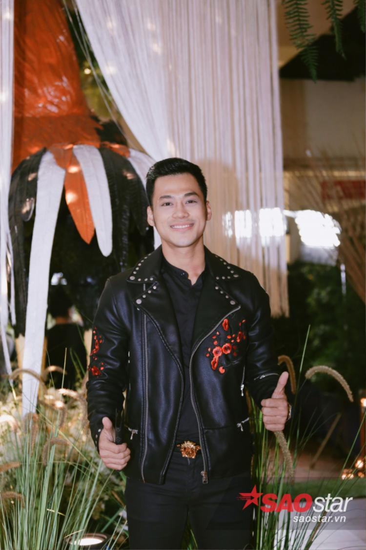 Đã lâu rồi không thấy sự xuất hiện của nam ca sĩ Phan Ngọc Luân, đến với đêm tiệc anh chàng lựa chọn set đồ đen với điểm nhấn từ mẫu áo khoác da thêu hoa của Zara và thắt lưng hình mặt rắn đến từ thương hiệu Versace.