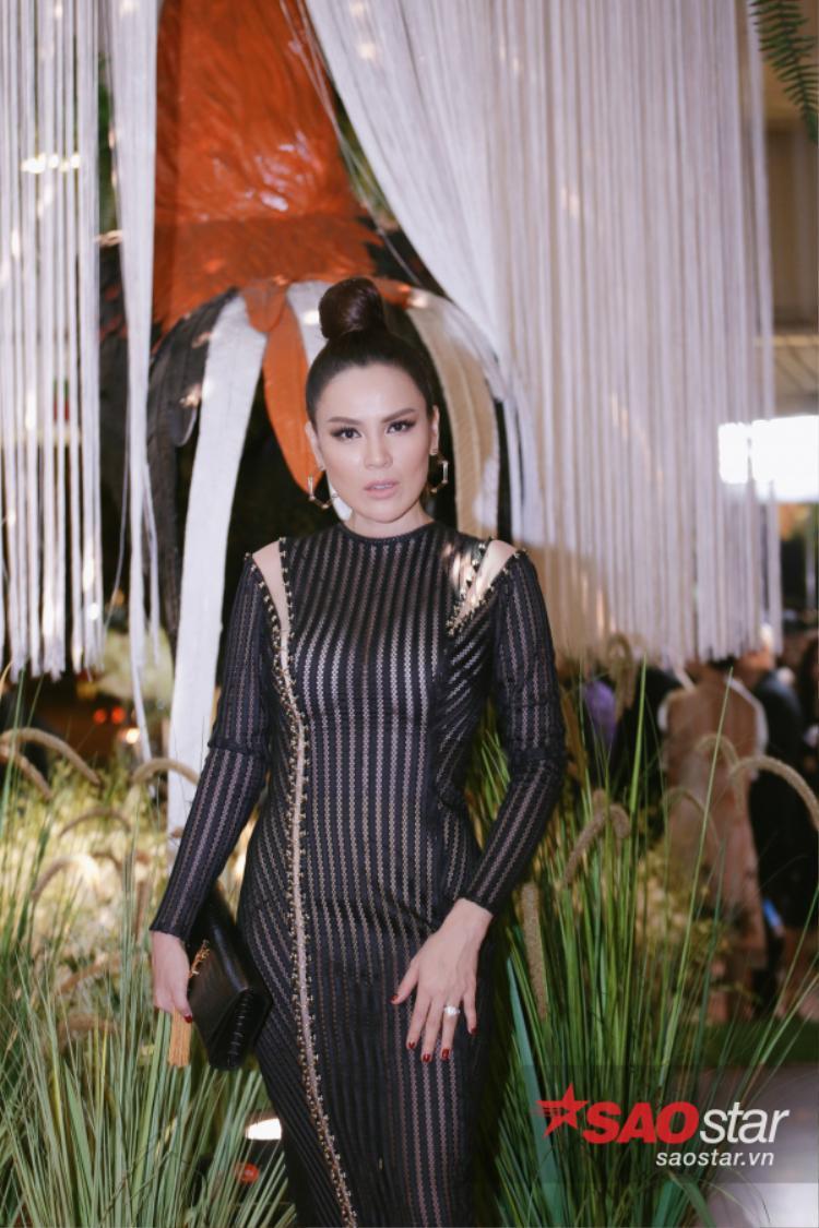 Người đẹp Phương Lê khoe body nuột nà với váy ôm dáng. Chọn tông trang điểm màu nude và kiểu tóc búi củ tỏi, cô trẻ trung và cá tính lạ thường.